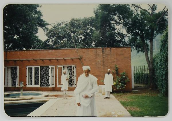Syedna Fakhruddin departing Darus Sakina for Ashara Waaz in Thane Masjid 1407H.